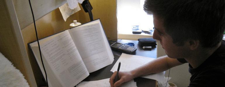 Garoto Estudando
